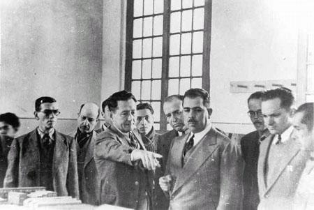 El Ing. Juan de Dios Bátíz muestra al presidente Don Lázaro Cárdenas del  Río e814bf814dc06